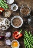 Ingredientes de alimento saudáveis do vegetariano da configuração lisa para o almoço em um fundo de madeira, vista superior Trigo Fotos de Stock