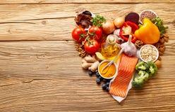 Ingredientes de alimento saudáveis na forma do coração Fotos de Stock