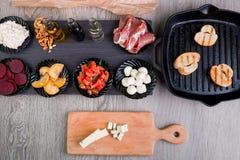 Ingredientes de Bruschetta para la preparación cerca de la cacerola de la parrilla Alimento italiano antipasto foto de archivo libre de regalías