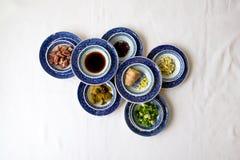 Ingredientes de cocinar chinos en pequeños cuencos azules y blancos fotos de archivo