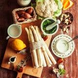 Ingredientes de cocinar crudos para una receta del espárrago Fotografía de archivo libre de regalías