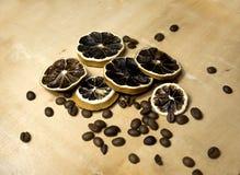 Ingredientes de cosméticos naturales en un fondo de madera Granos secados de la fruta cítrica y de café Productos de Eco Imágenes de archivo libres de regalías