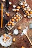 Ingredientes de cozimento do bolo - a bacia, farinha, ovos, claras de ovos espuma Fotografia de Stock