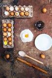 Ingredientes de cozimento do bolo - a bacia, farinha, ovos, claras de ovos espuma Imagem de Stock