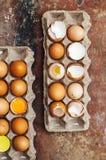 Ingredientes de cozimento do bolo - a bacia, farinha, ovos, claras de ovos espuma Fotos de Stock Royalty Free