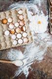Ingredientes de cozimento do bolo - a bacia, farinha, ovos, claras de ovos espuma Foto de Stock Royalty Free