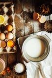 Ingredientes de cozimento do bolo - a bacia, farinha, ovos, claras de ovos espuma, por exemplo Fotos de Stock