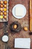Ingredientes de cozimento do bolo - a bacia, farinha, ovos, claras de ovos espuma, por exemplo Fotografia de Stock