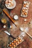 Ingredientes de cozimento do bolo - a bacia, farinha, ovos, claras de ovos espuma, por exemplo Fotografia de Stock Royalty Free