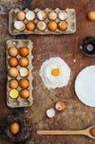 Ingredientes de cozimento do bolo - a bacia, farinha, ovos, claras de ovos espuma, por exemplo Imagens de Stock
