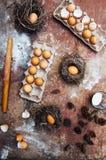 Ingredientes de cozimento do bolo - a bacia, farinha, ovos, claras de ovos espuma, por exemplo Foto de Stock
