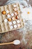 Ingredientes de cozimento do bolo - a bacia, farinha, ovos, claras de ovos espuma, por exemplo Fotos de Stock Royalty Free