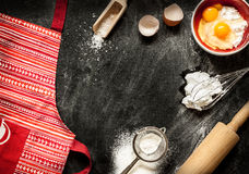Ingredientes de cozimento do bolo no preto de cima de Imagens de Stock