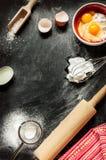 Ingredientes de cozimento do bolo no preto de cima de Imagem de Stock