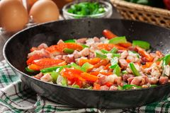 Ingredientes de Frieding para preparar a omeleta imagem de stock