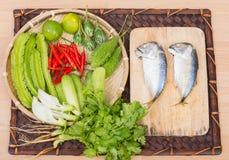 Ingredientes de la caballa y de las verduras frescas Fotografía de archivo libre de regalías