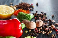 Ingredientes de la comida y de la cocina: Especias, verduras e hierbas Foto de archivo libre de regalías