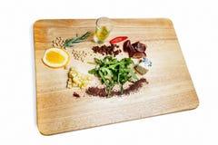 Ingredientes de la ensalada en un tablero de madera Fotos de archivo libres de regalías