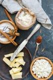 Ingredientes de la hornada para los roguelikes del queso con canela Fotografía de archivo libre de regalías