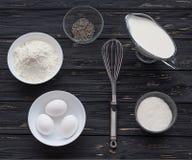 Ingredientes de la hornada para una torta Imágenes de archivo libres de regalías