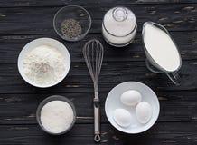 Ingredientes de la hornada para una torta Foto de archivo libre de regalías