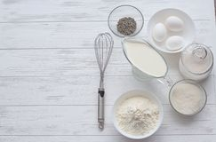 Ingredientes de la hornada para una torta Imagen de archivo
