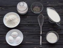 Ingredientes de la hornada para una torta Foto de archivo
