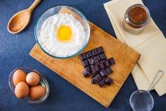 Ingredientes de la hornada para una torta de chocolate fotografía de archivo libre de regalías
