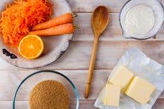 Ingredientes de la hornada para una torta de zanahoria foto de archivo libre de regalías