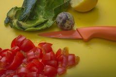 Ingredientes de la inmersión del guacamole del primer de la visión aérea en tabla de cortar amarilla Foto de archivo