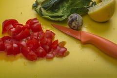 Ingredientes de la inmersión del guacamole del primer de la visión aérea en tabla de cortar amarilla Foto de archivo libre de regalías