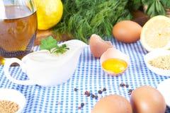 Ingredientes de la mayonesa en mantel Fotos de archivo