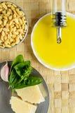 Ingredientes de la salsa de Pesto Fotografía de archivo
