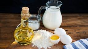 Ingredientes de las crepes Azúcar del aceite de la harina del huevo de la leche Fondo de madera Foto de archivo