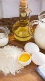 Ingredientes de las crepes Azúcar del aceite de la harina del huevo de la leche Fondo de madera Fotografía de archivo libre de regalías