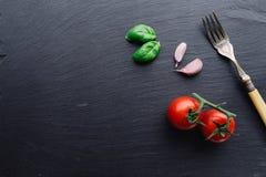 Ingredientes de las pastas en fondo negro de la pizarra Fotografía de archivo