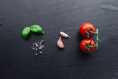 Ingredientes de las pastas en fondo negro de la pizarra Imagenes de archivo