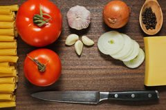 Ingredientes de las pastas presentados en la tabla de madera Foto de archivo