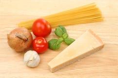 Ingredientes de los espaguetis en un tablero Foto de archivo libre de regalías