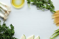 Ingredientes de los espaguetis: verduras verdes, aceite de oliva, perejil, cebolla, bróculi, calabacín, paprika Imagen de archivo