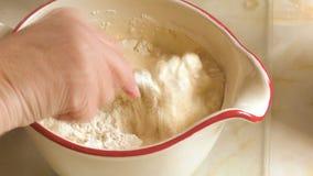 Ingredientes de mezcla de la mujer para hacer talud en un jarro almacen de video
