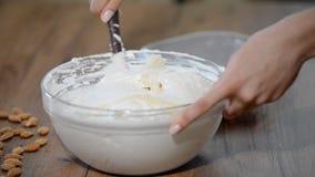 Ingredientes de mistura para fazer a massa de bolo vídeos de arquivo