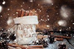 Ingredientes del canela y de la Navidad con nieve dibujada efecto Imagen de archivo libre de regalías