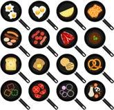 Ingredientes del desayuno en sartenes antiadherentes Foto de archivo libre de regalías