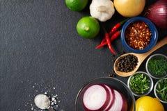 Ingredientes del especia y alimentarios en fondo de la pizarra imagen de archivo libre de regalías