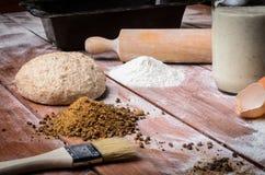 Ingredientes del pan en la tabla de madera Fotografía de archivo libre de regalías