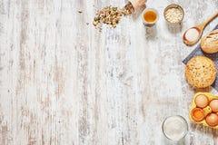 Ingredientes del pan fresco y de la hornada en una tabla de madera Fotografía de archivo libre de regalías