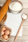 Ingredientes del papel de la receta y de la torta de la hornada Fotos de archivo libres de regalías