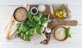 Ingredientes del Pesto en el tablero rústico blanco Fotos de archivo libres de regalías