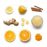 Ingredientes del té frío anti sano del invierno con la miel, limón, naranja, canela, jengibre, aislado en el fondo blanco Visión  Imagen de archivo